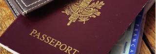 Passeport, pièces d'identité et porte feuille sur table en bois